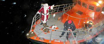 Arrivée du Père-Noël marin sur le bateau de la SNSM Treffiagat
